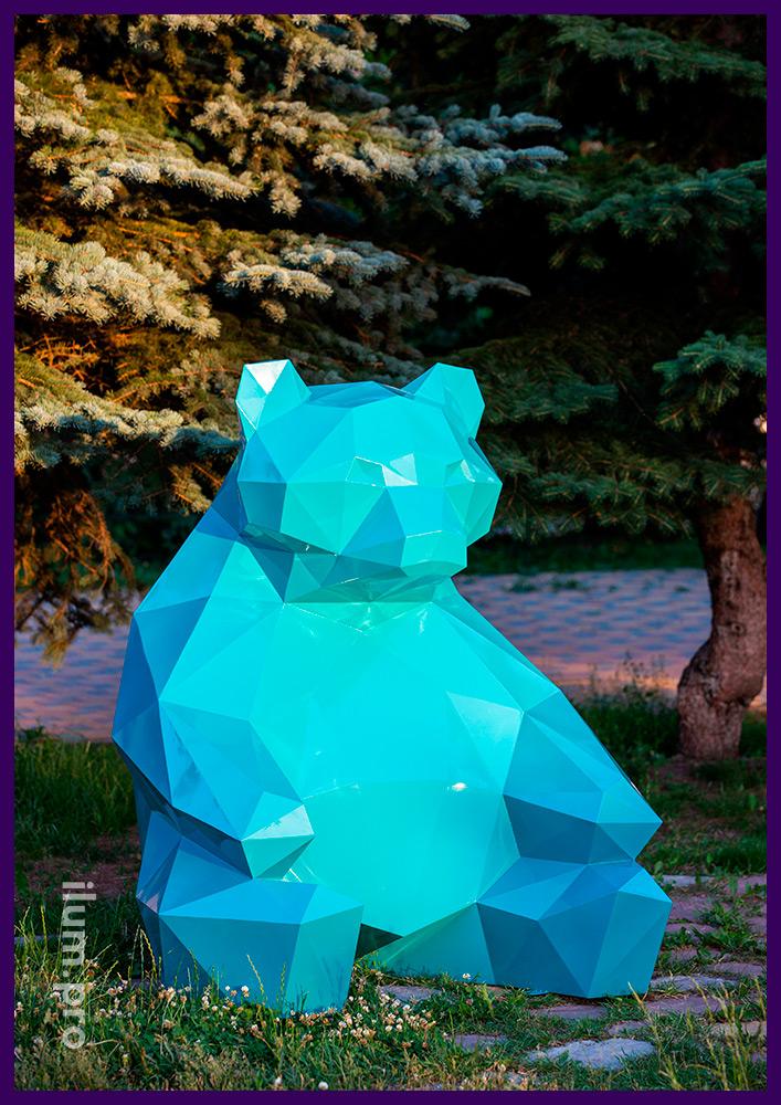 Полигональный арт-объект в городском парке, скульптура медведя в полигональном стиле