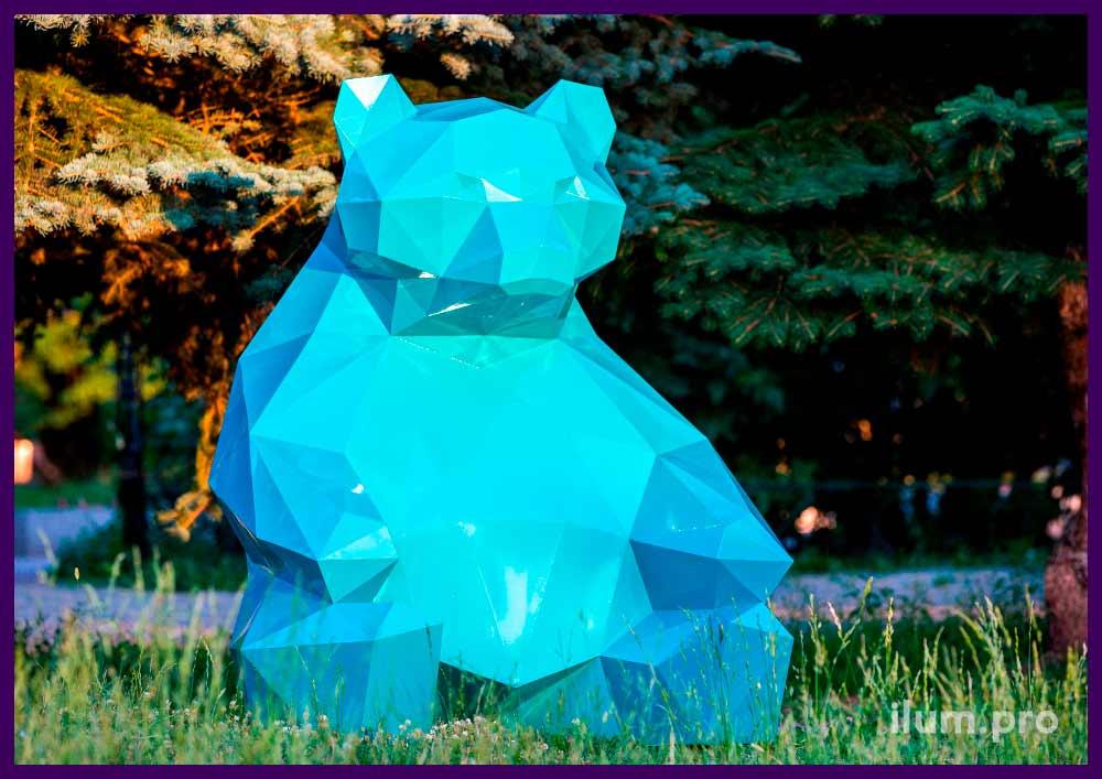 Арт-объект полигональный бирюзового цвета в форме медведя с каркасом из стали