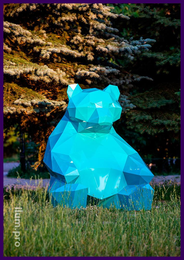 Полигональная фигура медведя бирюзового цвета из стали в парке