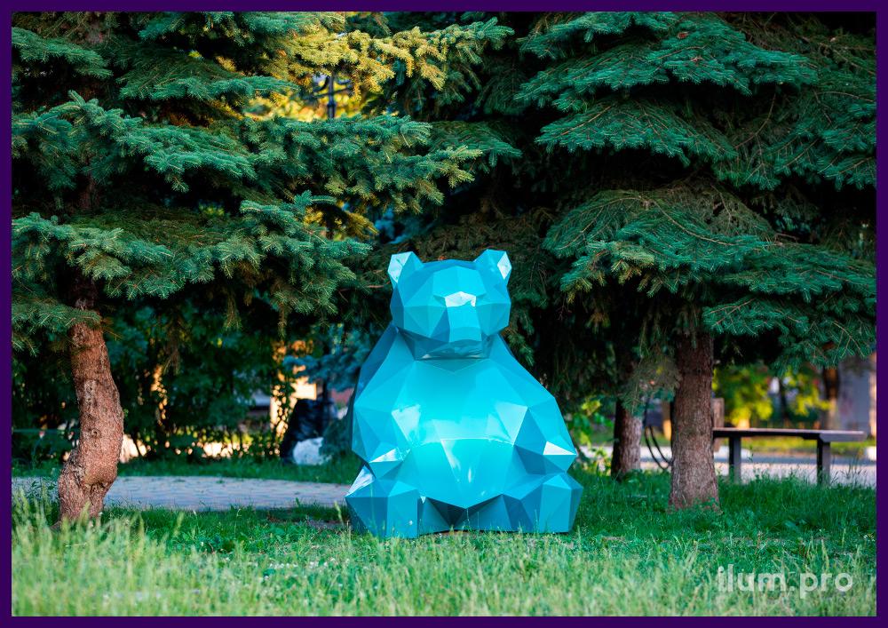 Бирюзовая полигональная фигура медведя - ландшафтная скульптура в городском парке