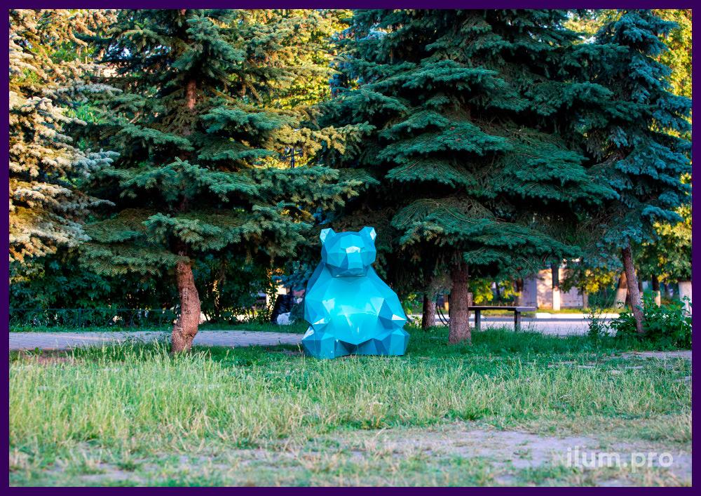 Объёмная полигональная скульптура в форме медведя из крашеной листовой стали