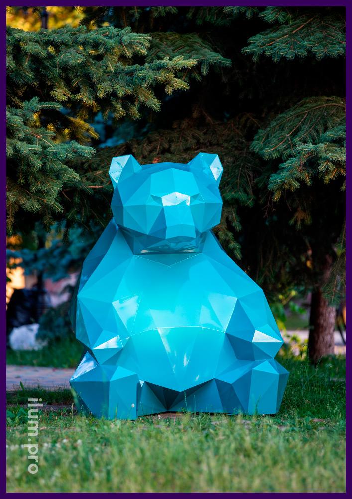 Полигональная металлическая фигура медведя бирюзового цвета на газоне в парке