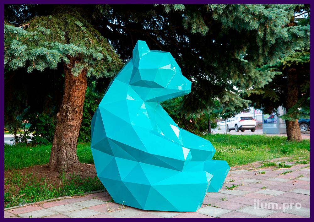 Фигура медведя полигональная бирюзового цвета, металлический арт-объект в парке