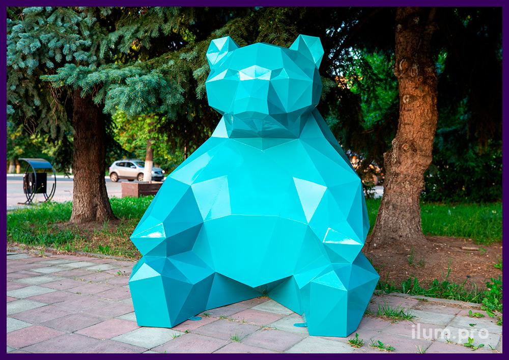 Металлические арт-объекты в полигональном стиле, бирюзовый медведь в городском парке