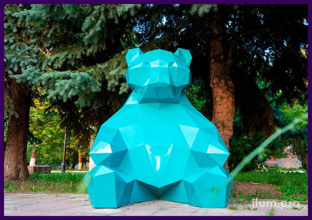 Медведь полигональный из стали, бирюзовый арт-объект в городском парке