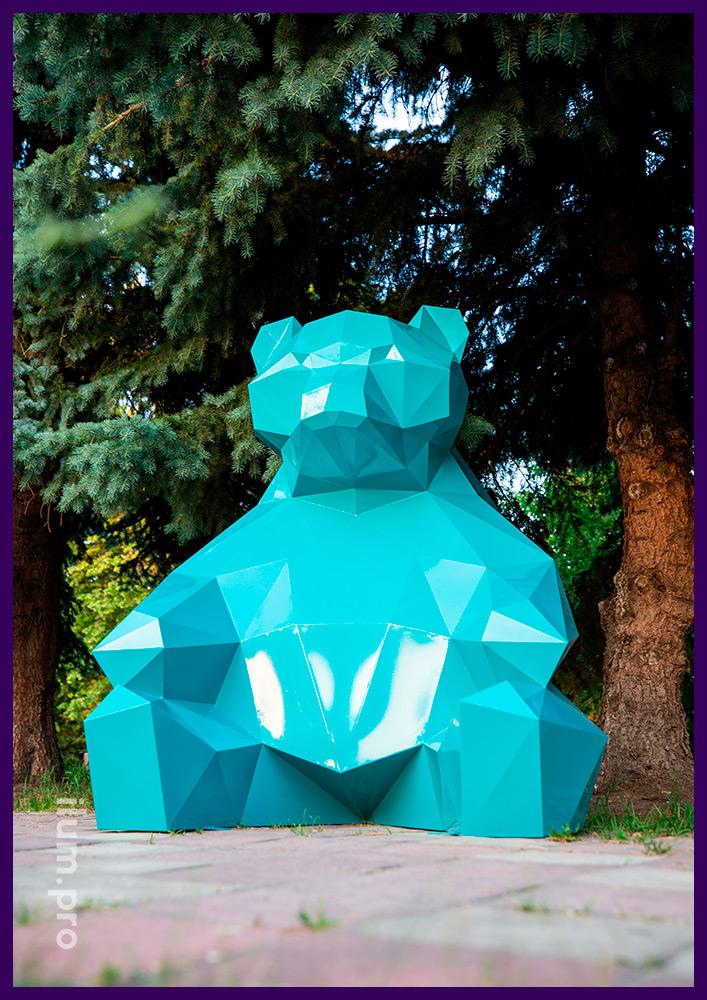 Объёмная полигональная фигура медведя бирюзового цвета с каркасом из стали