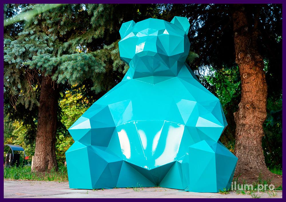 Металлическая полигональная скульптура в форме сидящего медведя в парке