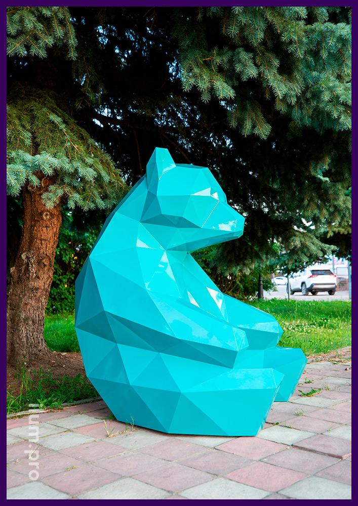 Медведь полигональный из крашеной стали - фигура сидящего в парке животного