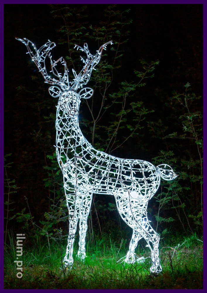 Фигура оленя с гирляндами в городском парке, белая подсветка с защитой от влаги
