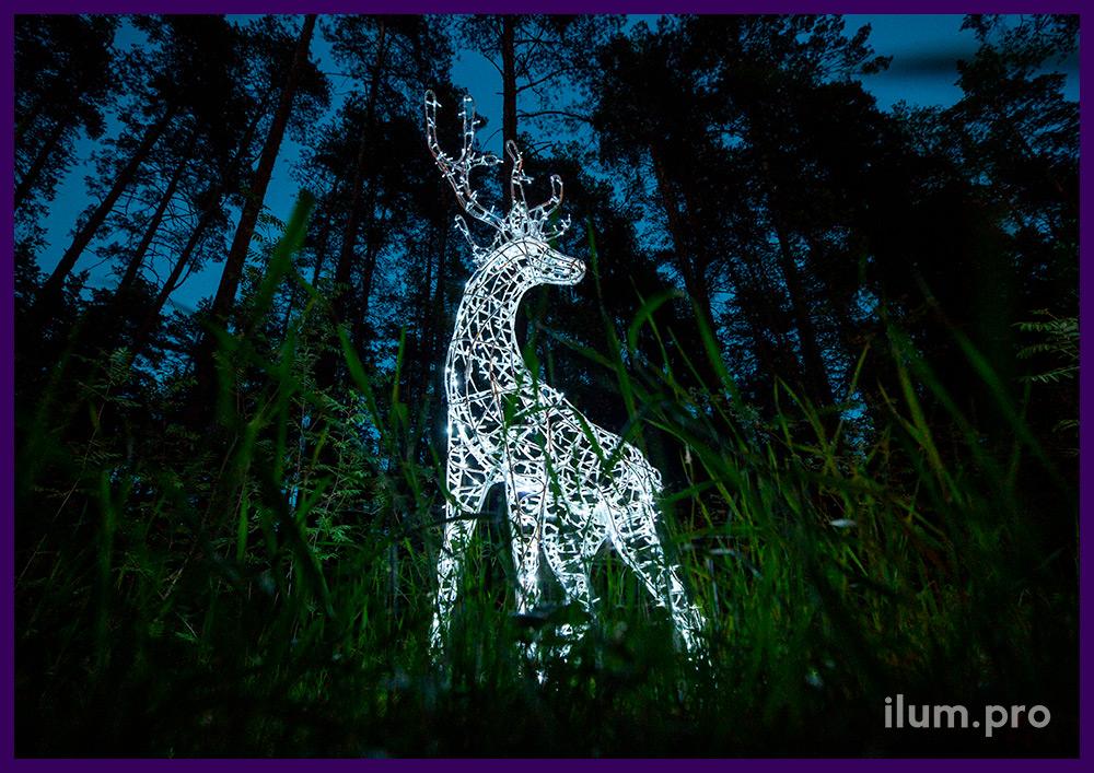 Ландшафтные скульптуры с встроенной подсветкой в форме оленей с гирляндами