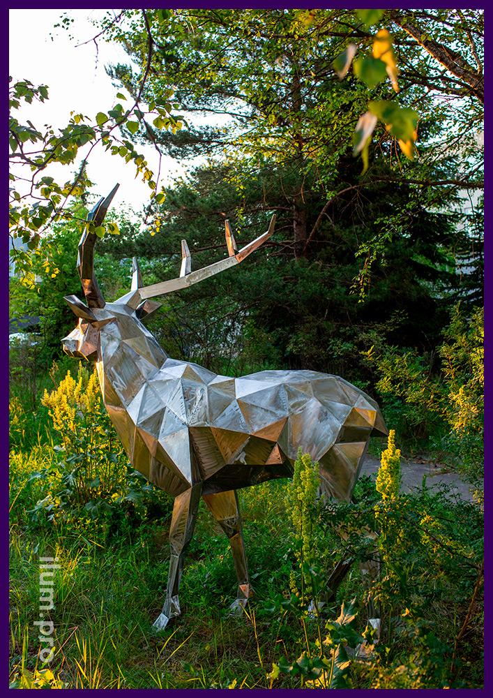 Металлическая скульптура в форме полигонального оленя из металла, подготовленная к покраске