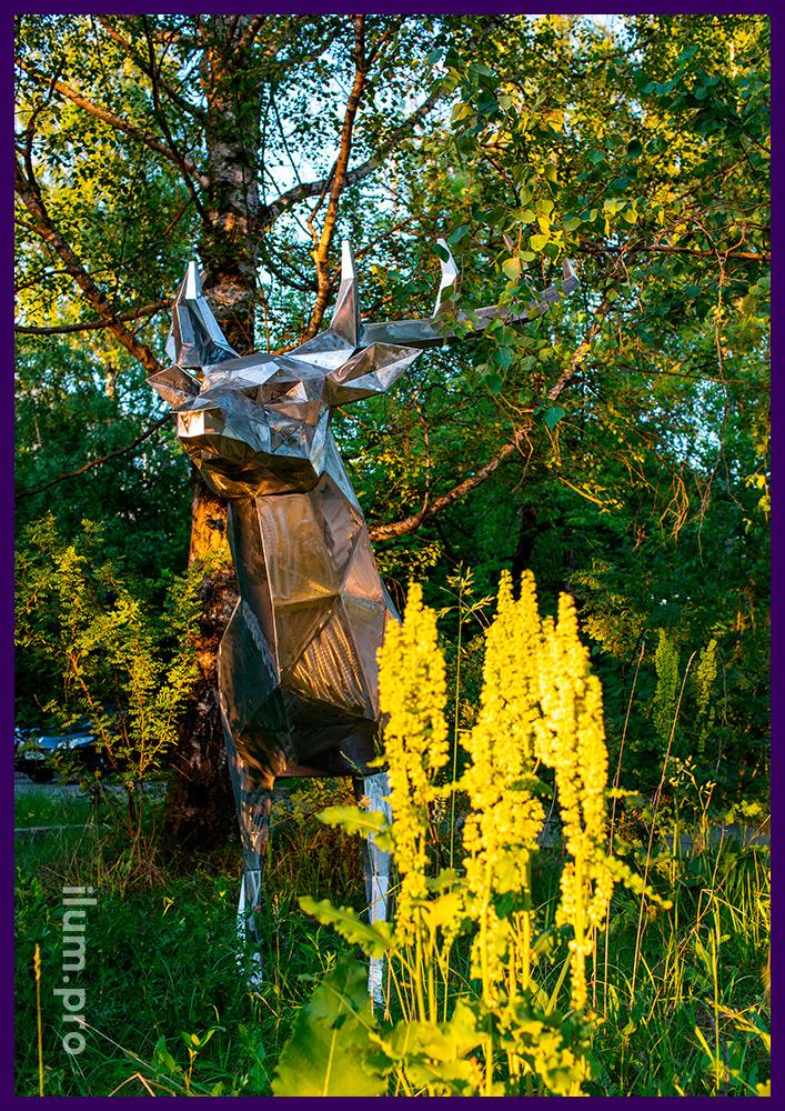 Садово-парковая ландшафтная полигональная скульптура оленя из зачищенного металла