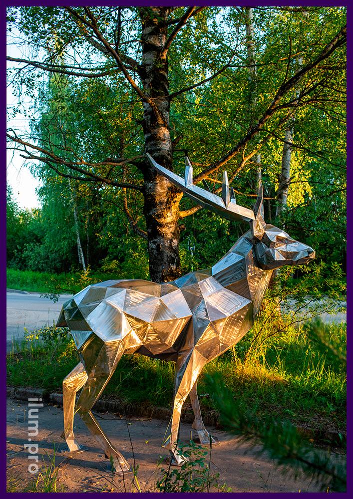 Полигональный олень из стали, арт-объект высотой более 2 метров для улицы