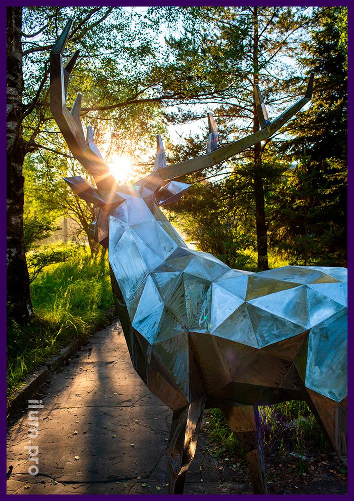Украшение территории полигональным оленем из стали, фигура для благоустройства парка