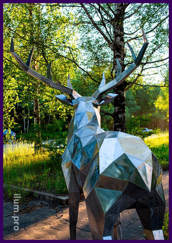 Металлический полигональный арт-объект в форме большого северного оленя