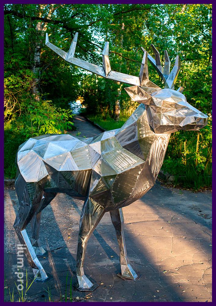 Садово-парковая фигура животного из стали - полигональный олень высотой 2,5 метра