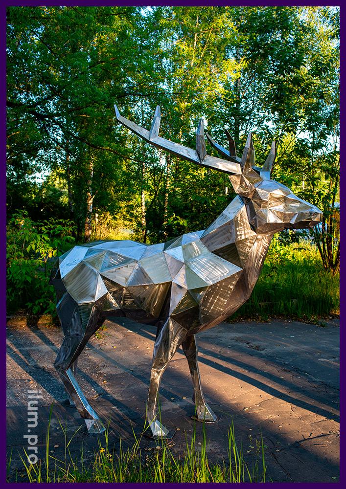 Металлическая полигональная фигура оленя в городском парке, арт-объект из стали