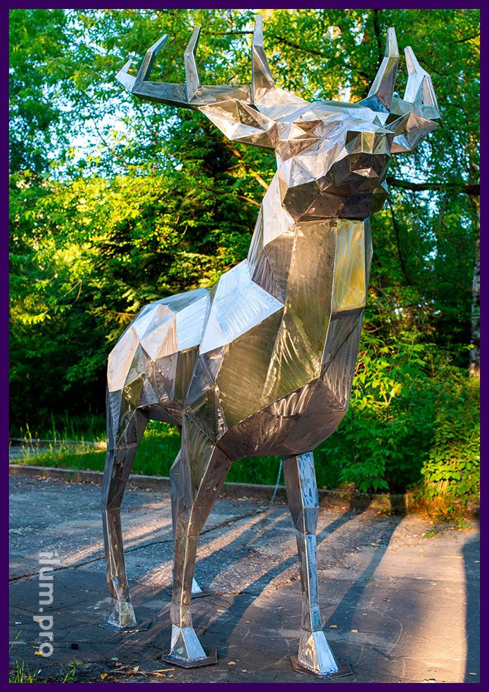 Олень полигональный - металлическая фигура, установленная в городском парке