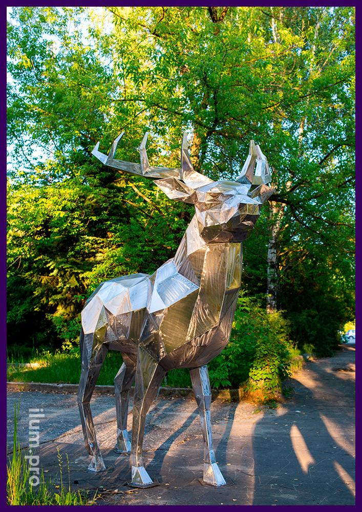 Металлический арт-объект на парковке офисного центра, полигональный олень