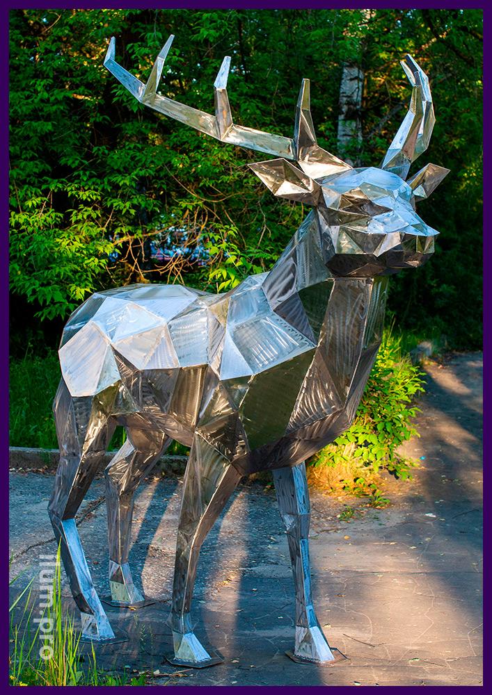 Фотозона с большим полигональным оленем из стали в городском парке