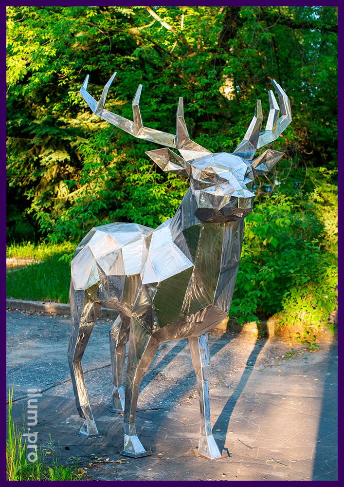 Полигональный олень из металла - арт-объект в городском парке