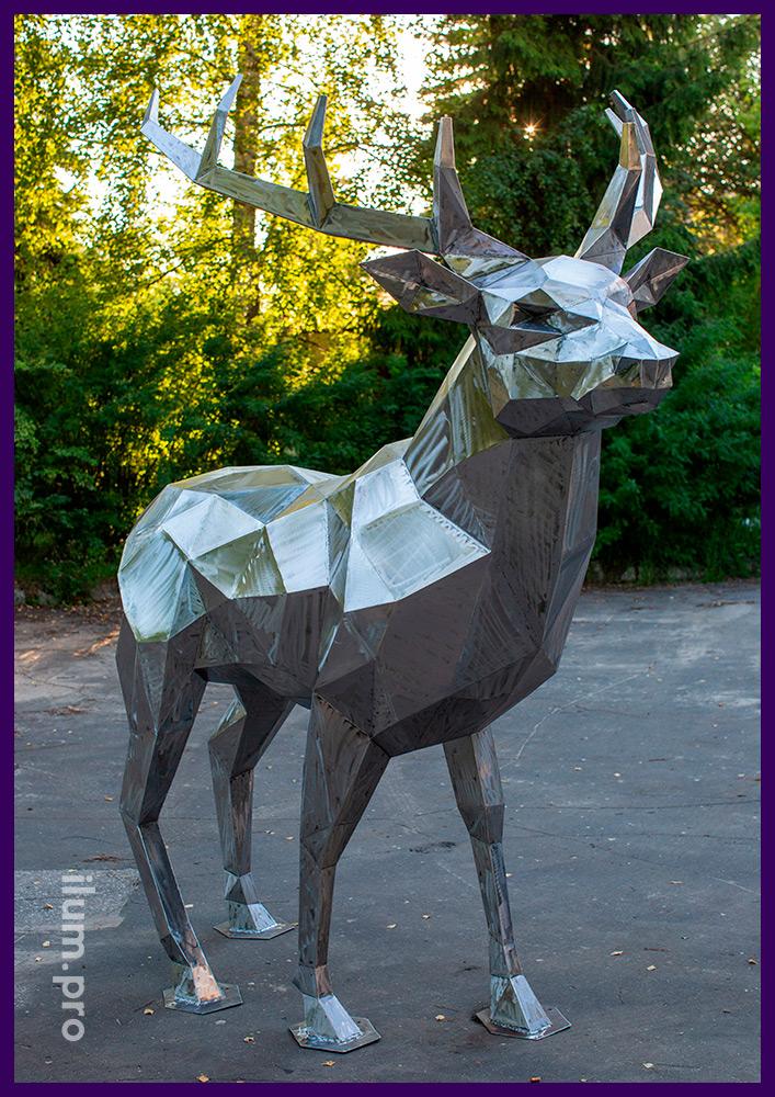 Металлическая полигональная фигура оленя на парковке рядом с парком