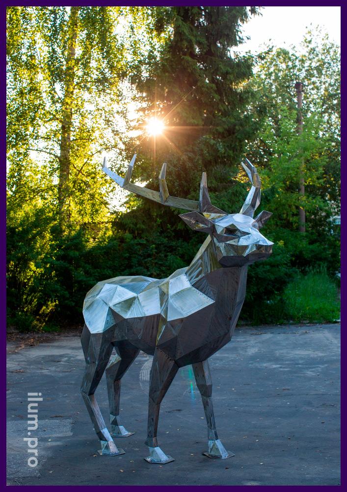 Фигура оленя из стали высотой 2,5 метра, полигональный арт-объект в парке