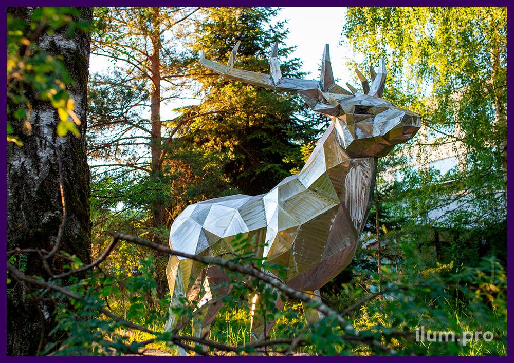 Металлический олень в полигональном стиле, фигура в городском парке