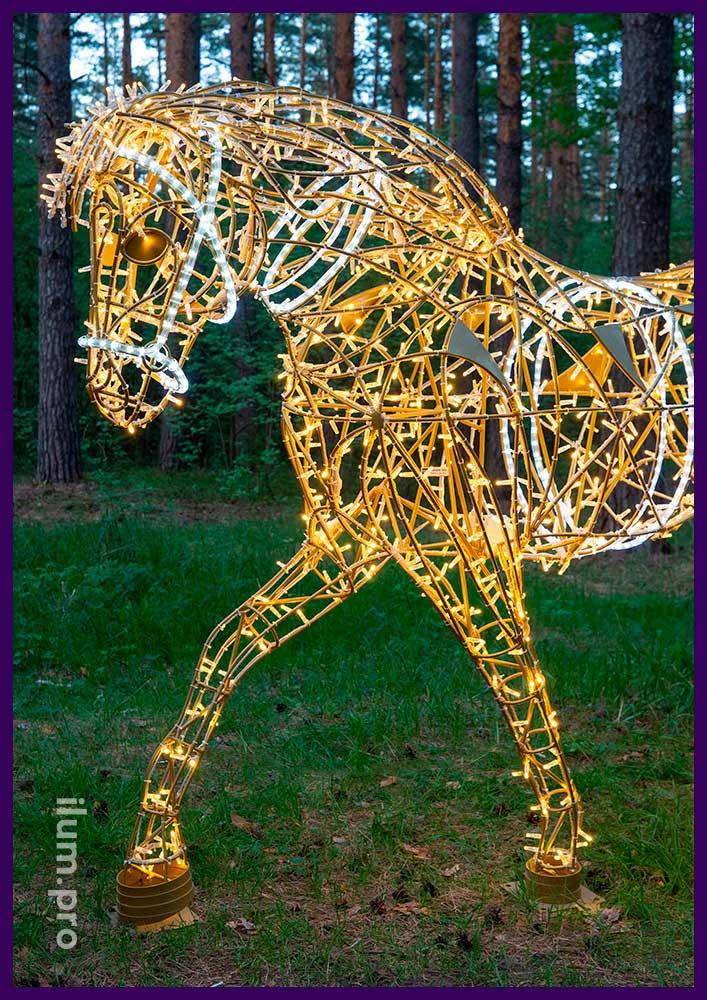 Объёмная декоративная фигура в форме лошади с уличными гирляндами в парке