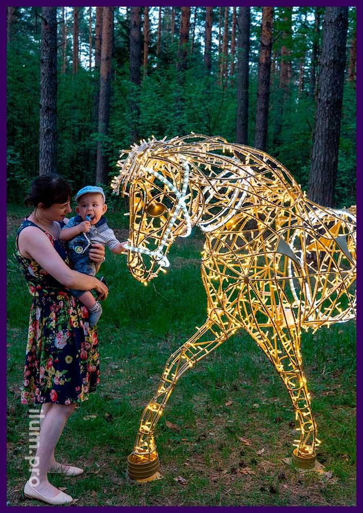 Фотозона со светящимися лошадьми из алюминиевого каркаса и светодиодных гирлянд