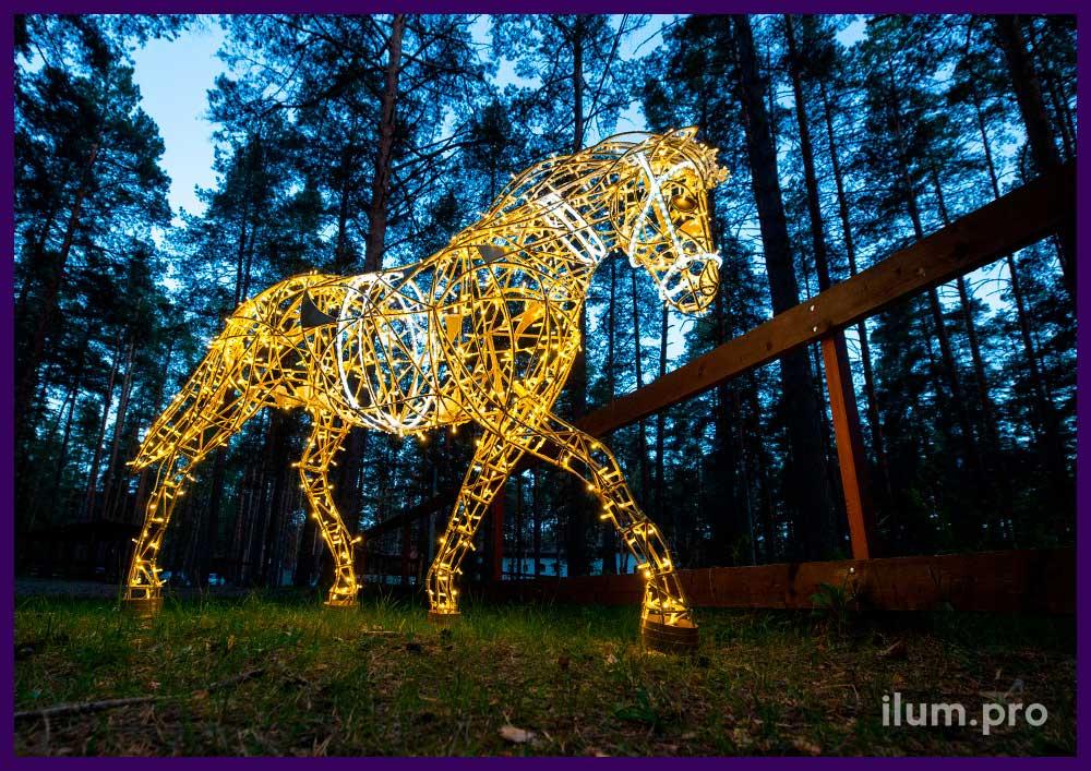 Световые фигуры лошадей из гирлянд на золотом каркасе из крашеного алюминия