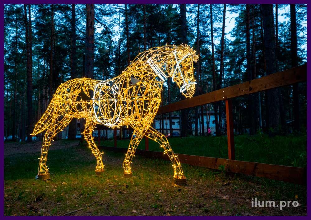 Лошадь тёпло-белого цвета с уличными гирляндами IP65 и матовым дюралайтом