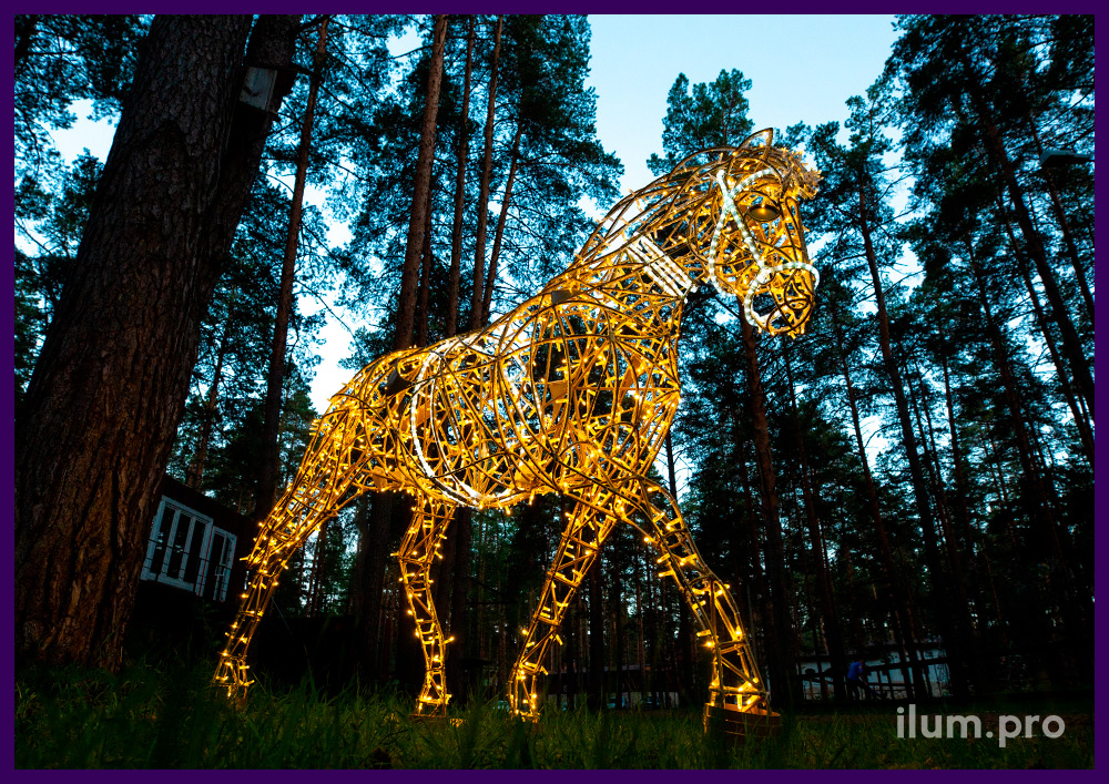 Украшение парка светодиодными фигурами лошадей с гирляндами и дюралайтом белого и тёпло-белого цветов