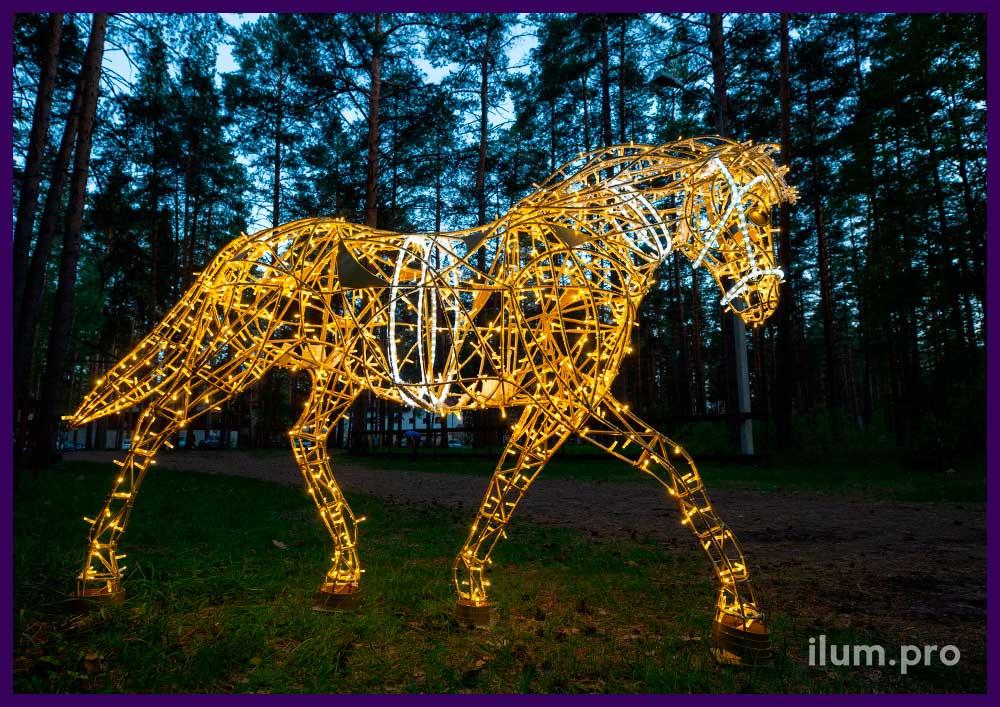 Лошади с объёмным металлическим каркасом и подсветкой профессиональными гирляндами