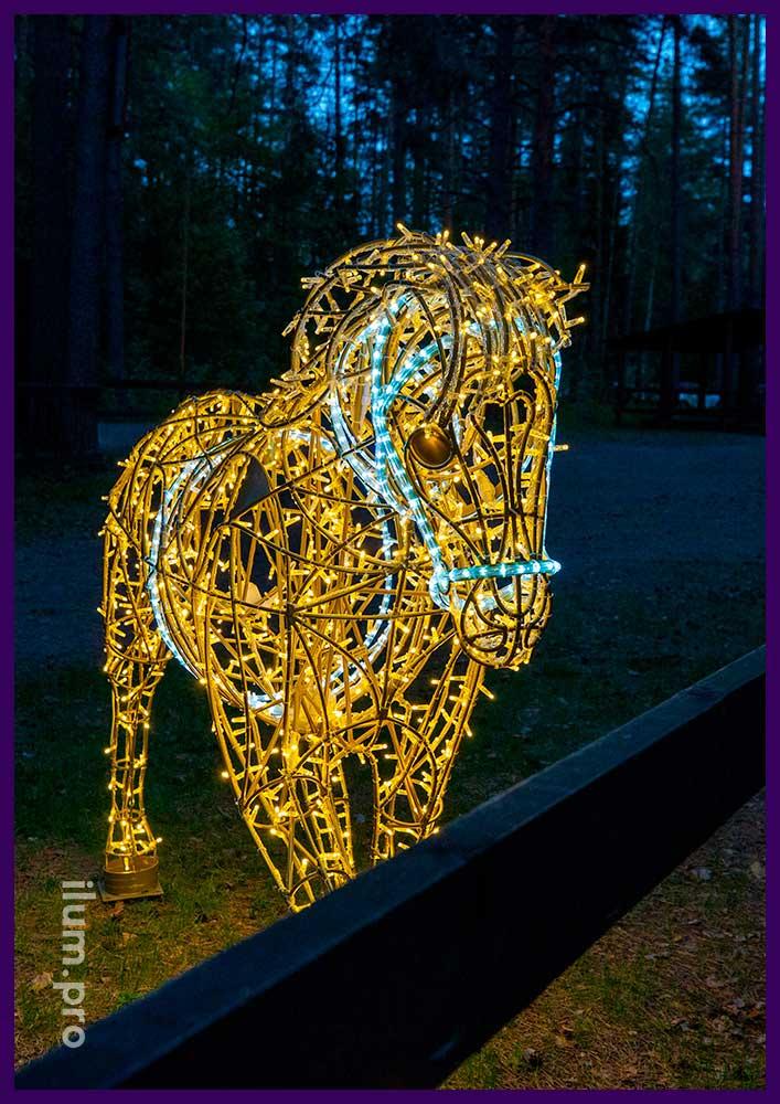 Светящаяся лошадь с тёплыми гирляндами и белым дюралайтом, украшение парка