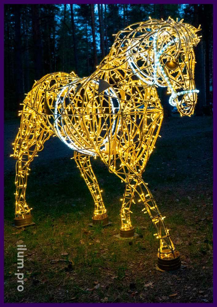 Лошадь тёпло-белого цвета с гирляндами на золотом каркасе с контурами из дюралайта