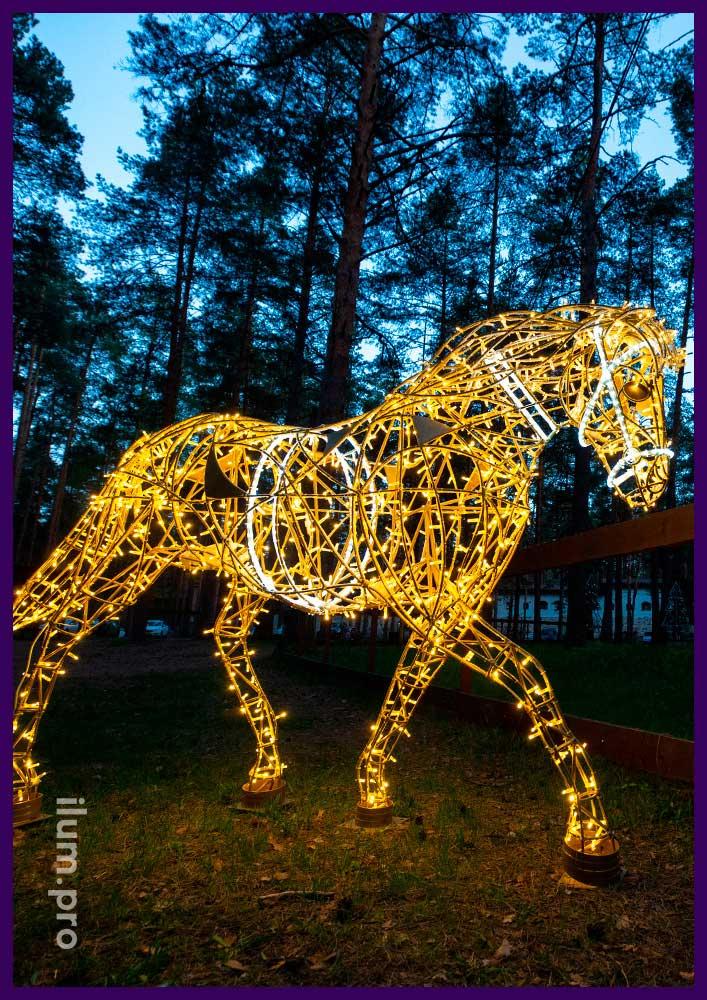Светящийся конь из светодиодных гирлянд и дюралайта для подсветки улицы и интерьера на праздники