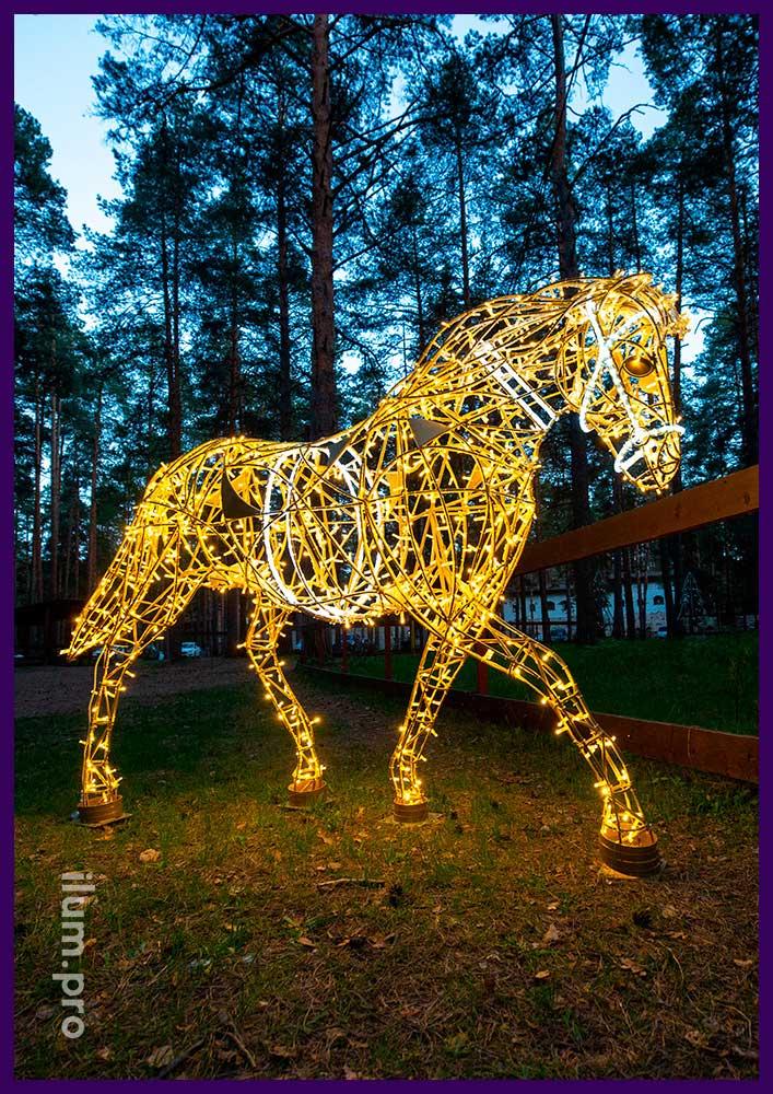 Украшение парка световой фигурой лошади с золотым каркасом и светодиодными гирляндами