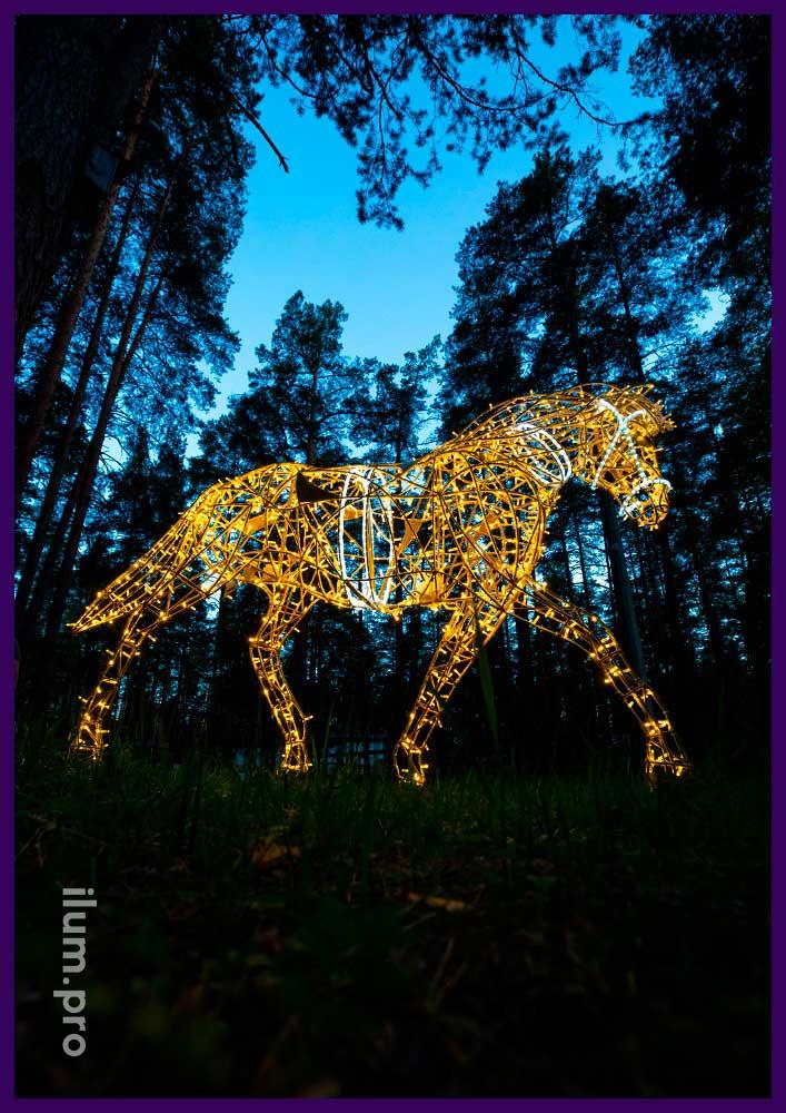 Фигуры лошадей со светодиодными гирляндами в городском парке