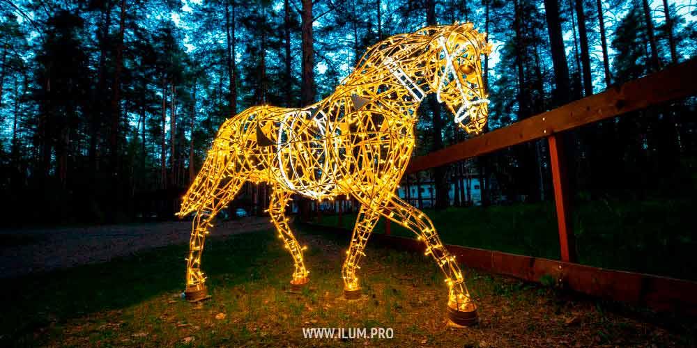 Светящиеся лошади с гирляндами — фотозона в парке