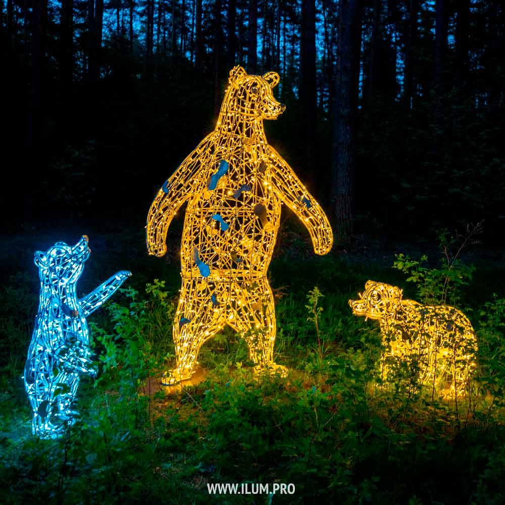 Светящиеся медведи с гирляндами в парке