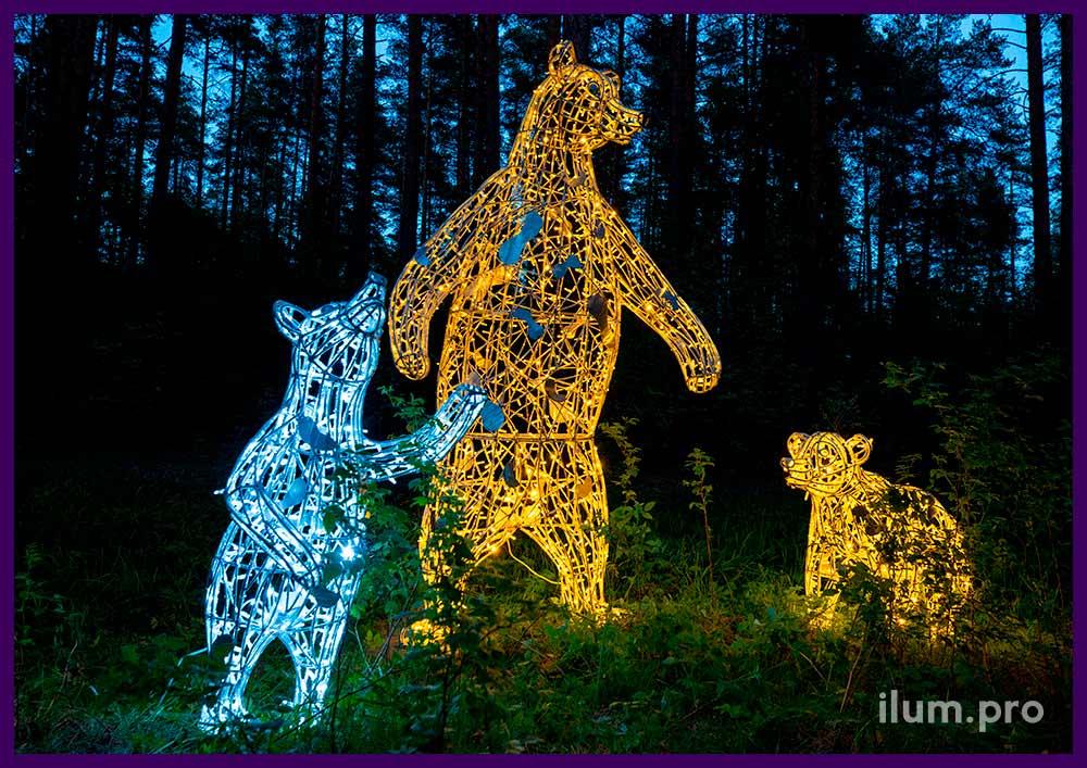 Медведи из алюминиевого каркаса и гирлянд белого и тёпло-белого цвета в парке