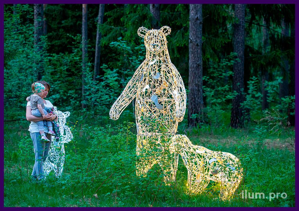 Благоустройство территории светящимися фигурами медведей с гирляндами