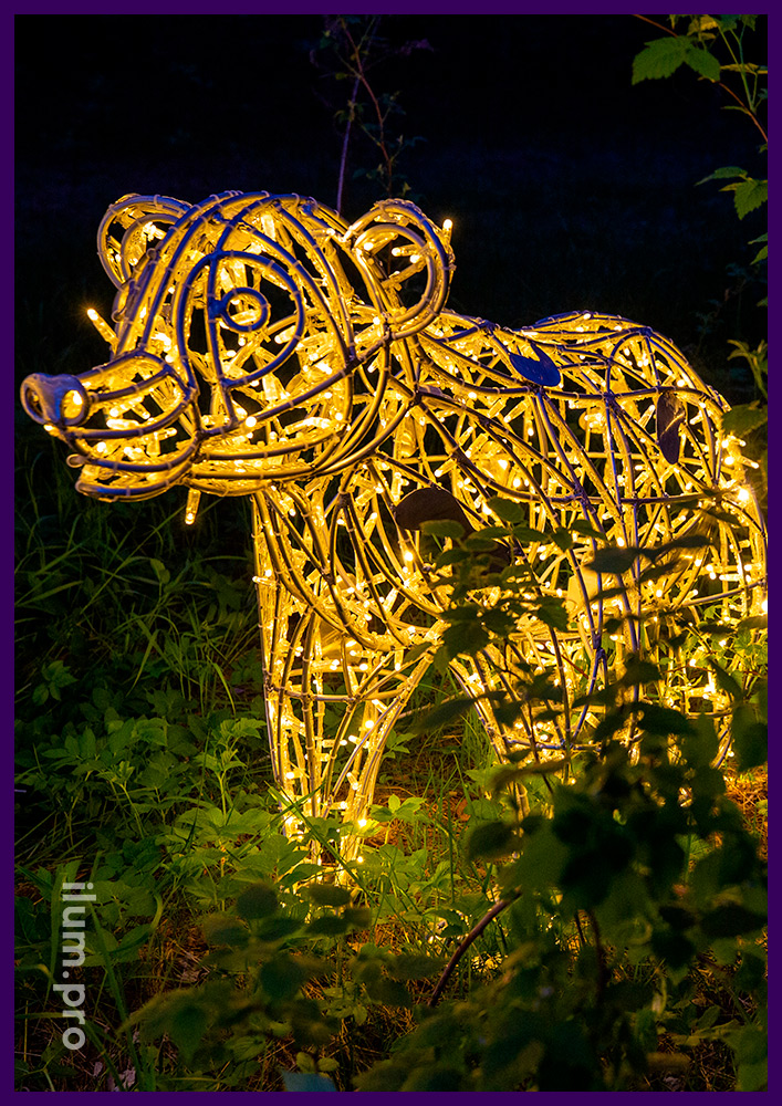Медвежонок из гирлянд и прочного металлического каркаса в городском парке