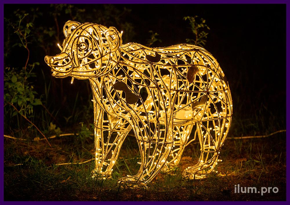 Металлические арт-объекты в виде медведей с уличными гирляндами тёплых оттенков