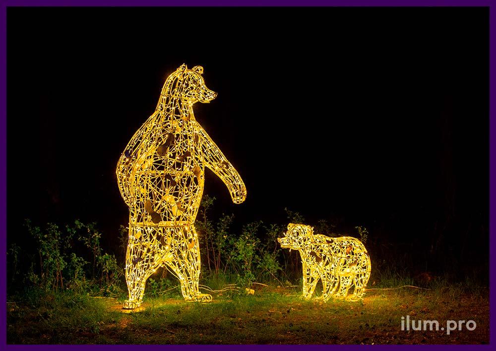 Установка праздничных фигур медведей с гирляндами в городском парке