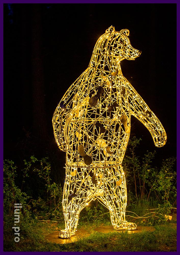 Объёмная металлическая скульптура медведя с подсветкой профессиональными гирляндами