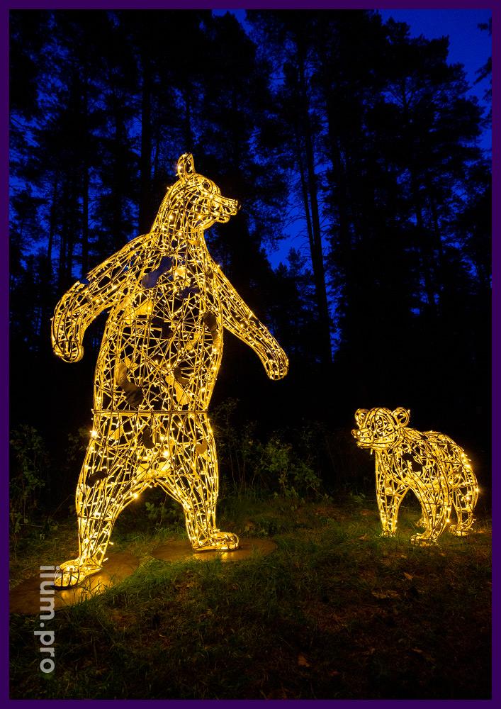 Медведица с медвежатами из прочного и лёгкого алюминиевого сплава с подсветкой гирляндами