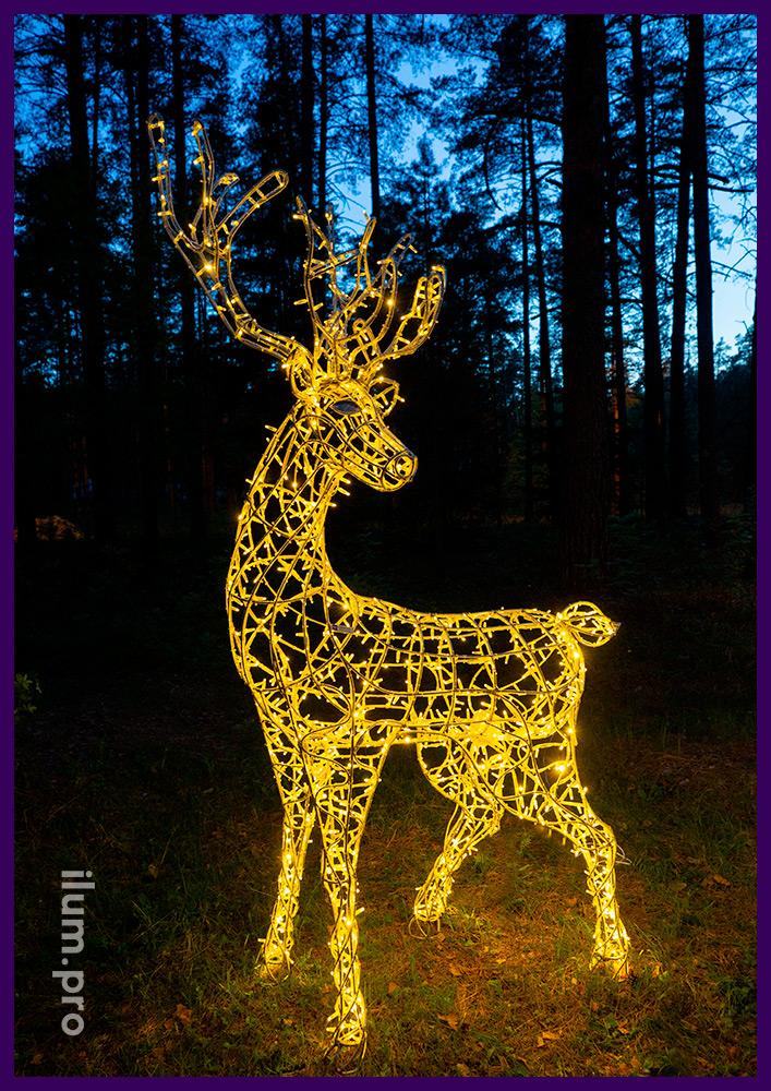 Уличная фигура оленя с встроенной подсветкой гирляндами тёплых оттенков