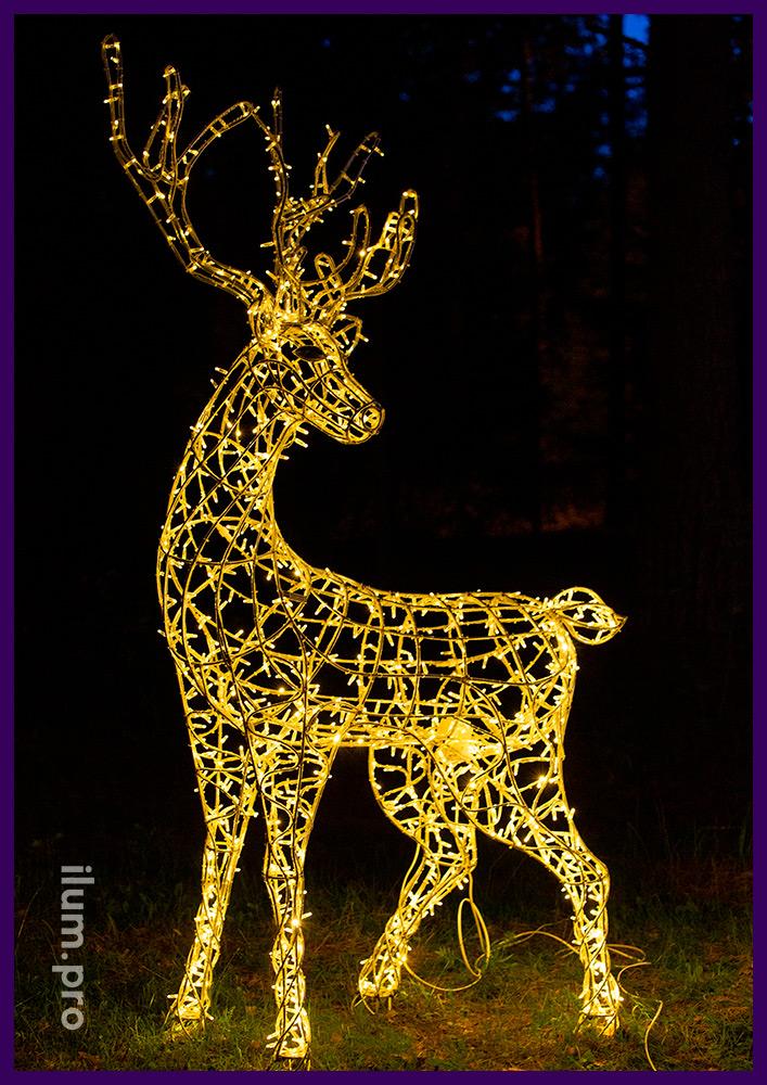 Украшение парка световыми фигурами оленей тёпло-белого цвета с гирляндами